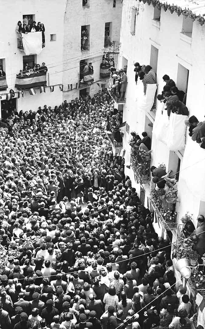 Balcones abarrotados en un evento al que acudieron autoridades de toda la Comunidad Autónoma de Aragón./ Archivo Andrés Serrano