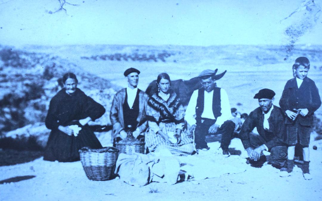 Francisca Espinosa al lado de Joaquín Gil (con chaleco oscuro), con el pequeño Rafael (dcha.) y demás familia en Alcañiz en los años 20. / Familia Gil