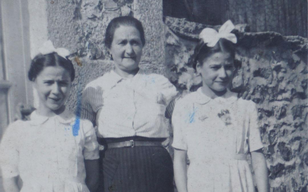 Francisca Espinosa y sus gemelas de 14 años. / Familia Gil