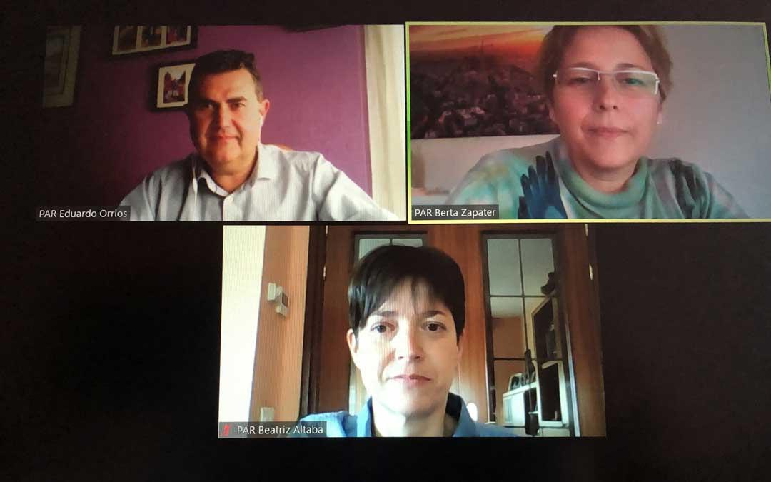 Los tres concejales del PAR de Alcañiz en una rueda de prensa telemática hace unos días