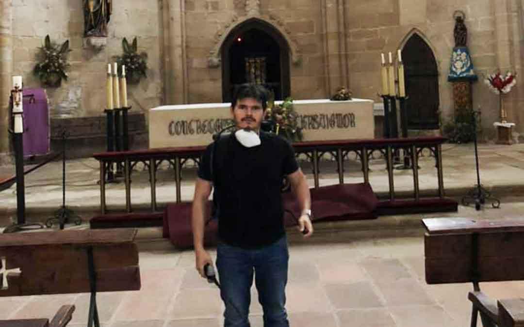 El párroco de Valderrobres, José Orlando Herrera, desinfectando el interior del templo parroquial.