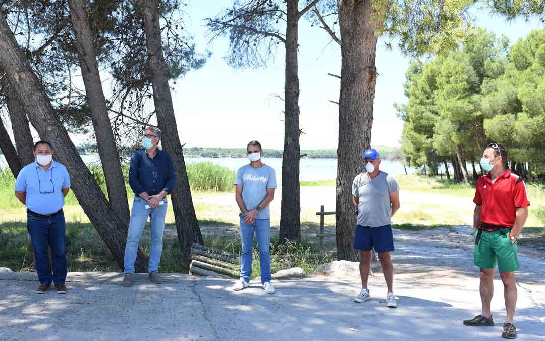 Participantes en la presentación del evento deportivo que ha tenido lugar junto al camping de La Estanca de Alcañiz
