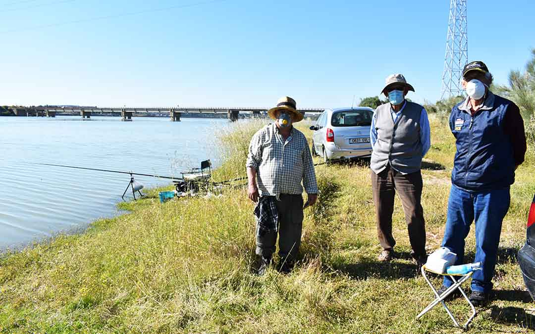 Tres pescadores preparándose a las orillas de Chacón Viejo, en Caspe./ L.Q.