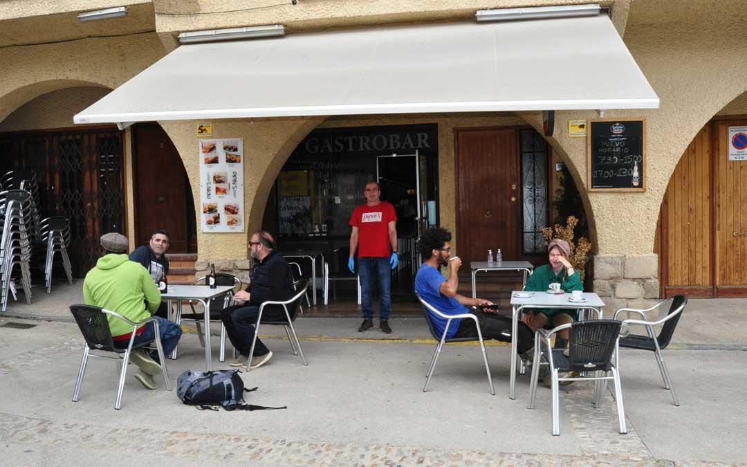 Francisco y Rosa están al frente del Bar Pipins de Valderrobres, establecimiento que volvió a sacar su terraza.