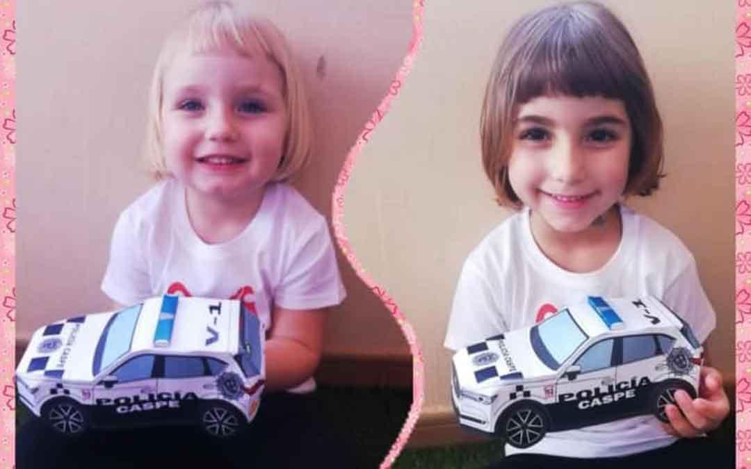 Niños con sus coches de Policía Local de Caspe hechos de papel.