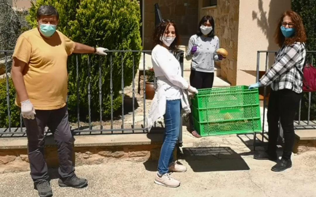 El Ayuntamiento de La Portellada, en pleno reparto de coquetas y planteros a domicilio como sorpresa a sus vecinos. / Ayto. La Portellada