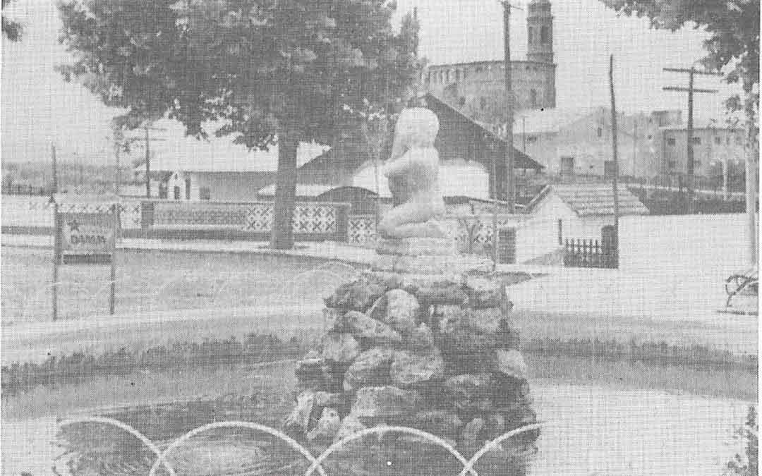 Imagen de la obra sin paradero de Francisco Rallo, cuando se ubicaba en los Jardines de la Estación de Caspe.