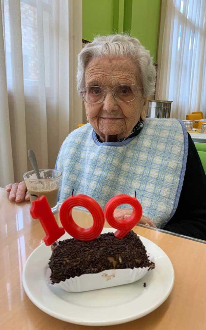 '109' es el número que ha lucido este miércoles Rosa en su pastel de cumpleaños./ Residencia Municipal de Albalate