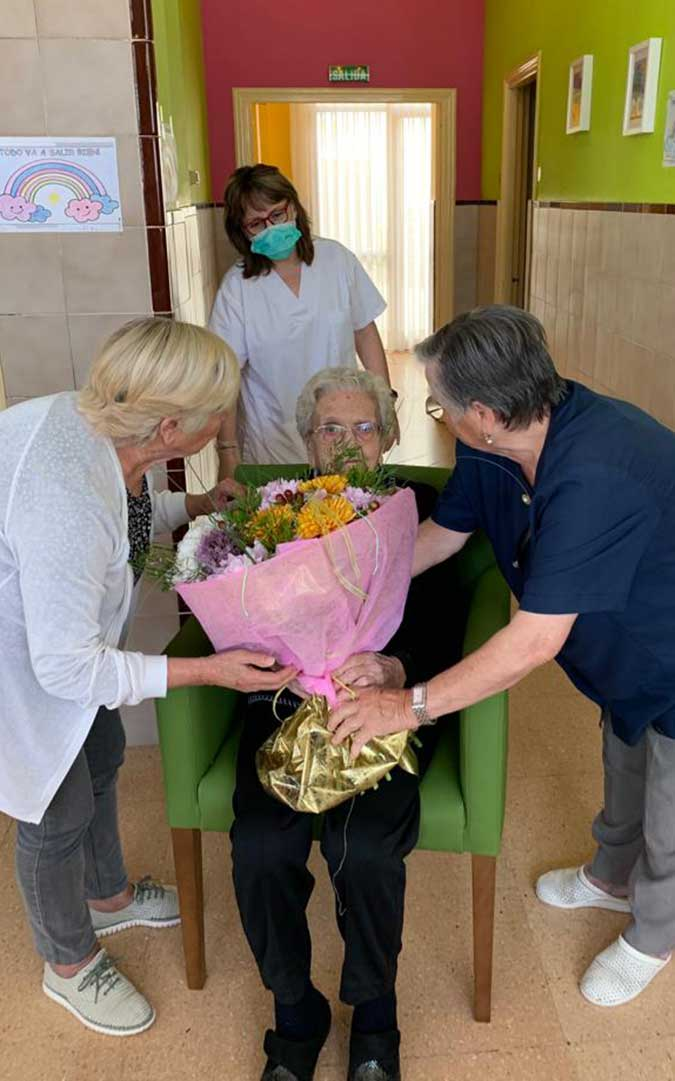 Flores para rendir un homenaje a esta albalatine./ Residencia Municipal de Albalate