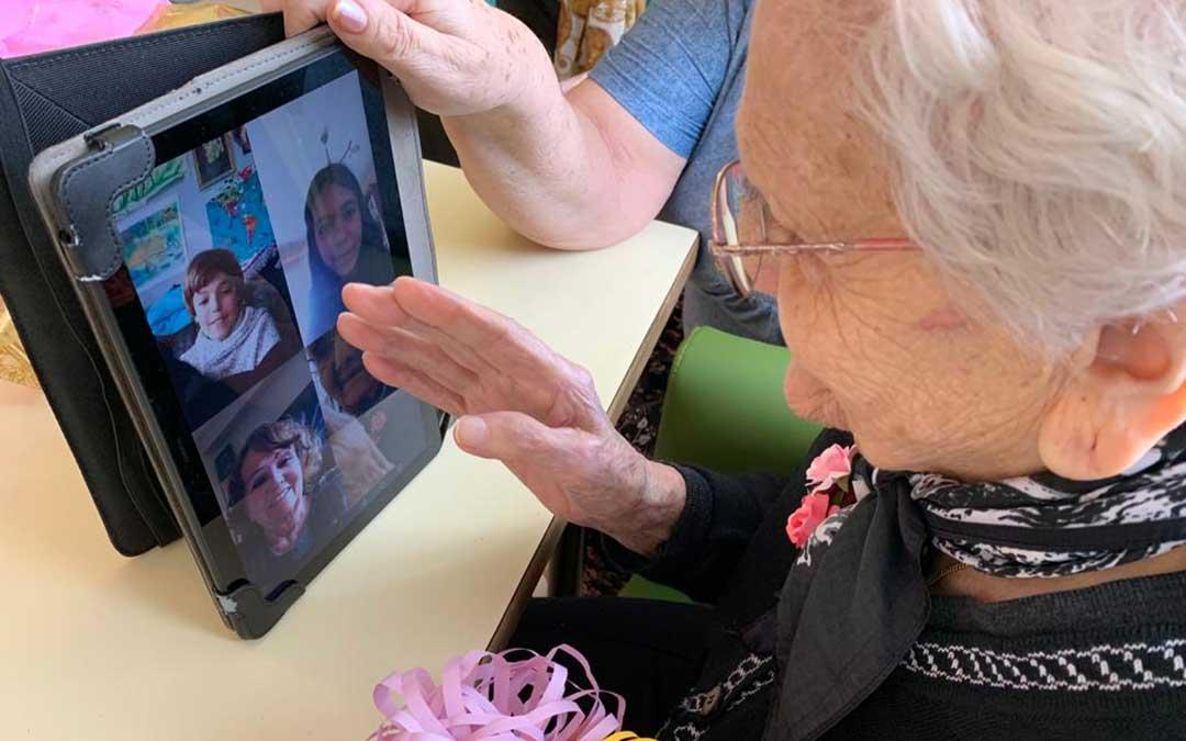 Rosa ha podido hablar con sus familiares a través de una videollamada./ Residencia Municipal de Albalate