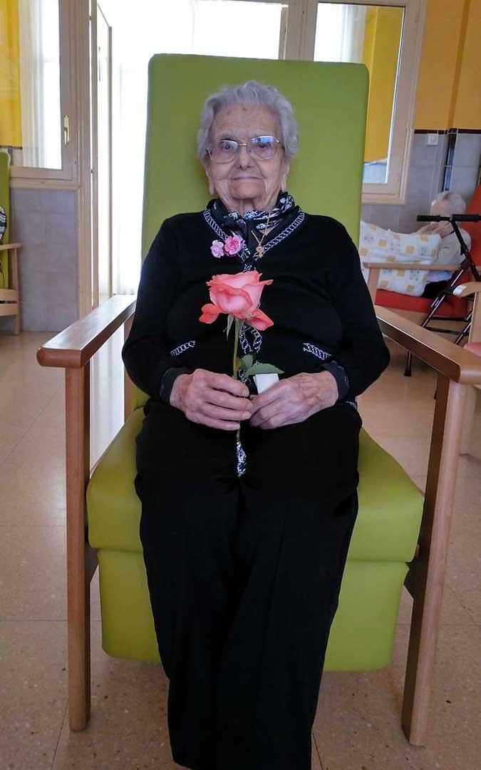 Rosa con una flor que rinde homenaje a su nombre./ Trabajadoras Residencia Municipal de Albalate