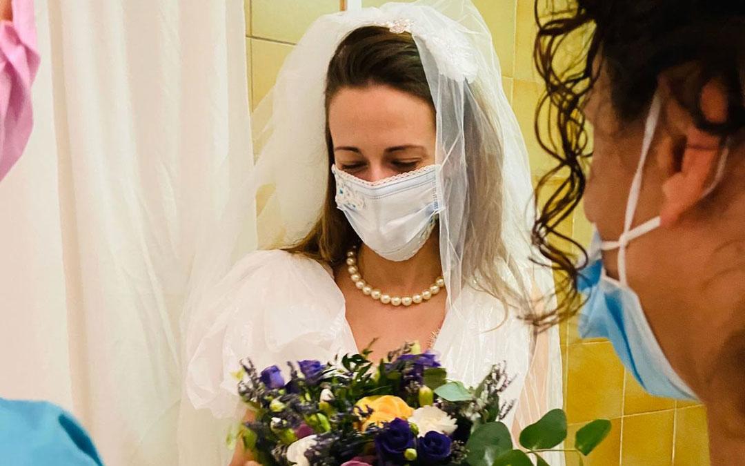 Andrea Alegre con el vestido y el ramo que le prepararon sus compañeros. / Archivo personal