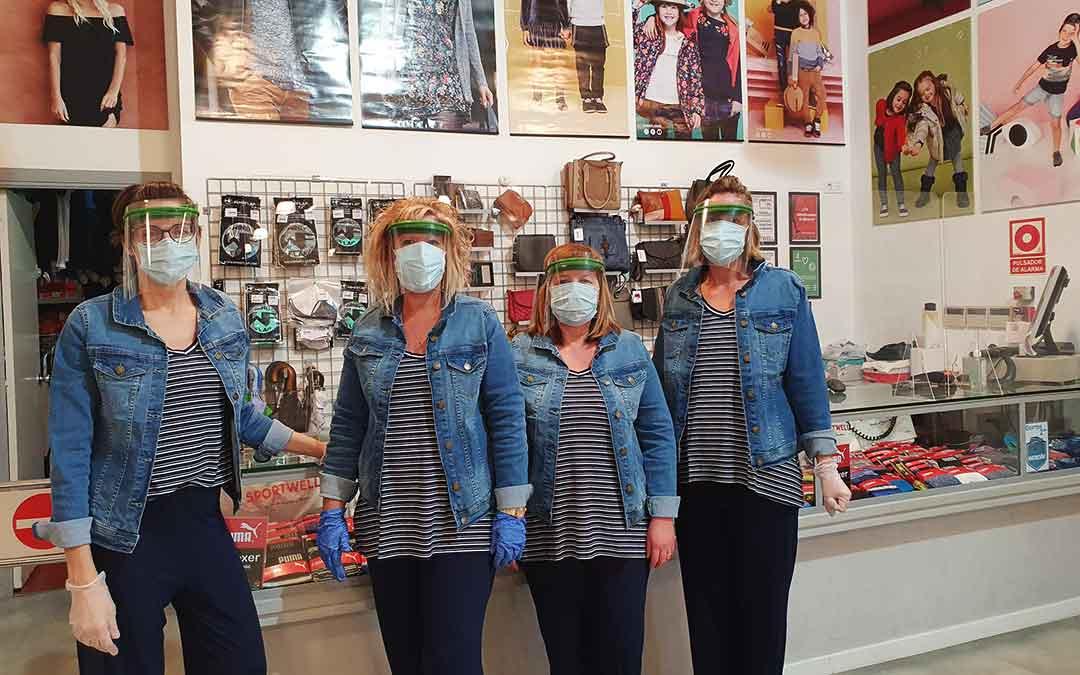 Dependientas de la tienda Sportwell de Caspe con el uniforme de estos días.