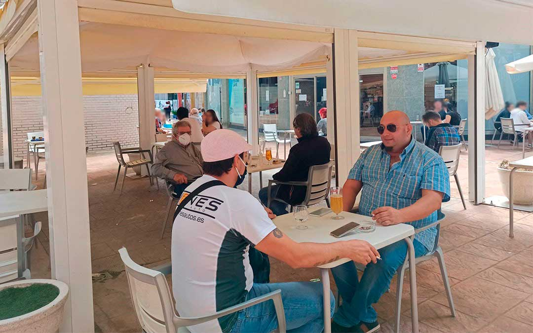 Primeros clientes de la Cafetería Goya de Alcañiz, tras la apertura de las terrazas./ M.C.