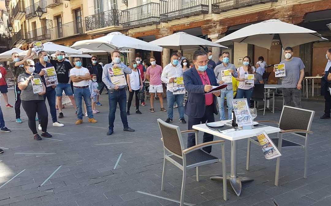 Acto en la plaza del Torico con la mesa reservada para negociar con el gobierno. / TET