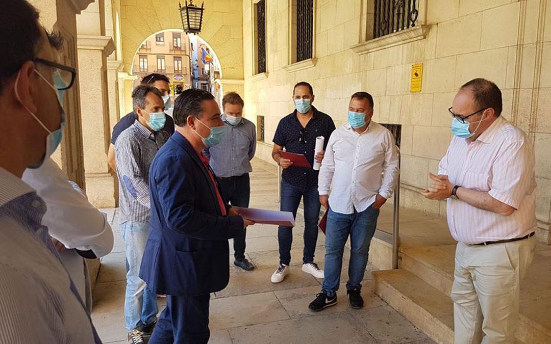 El presidente, Juan Ciércoles, entregando las peticiones en Subdelegación del Gobierno. / TET
