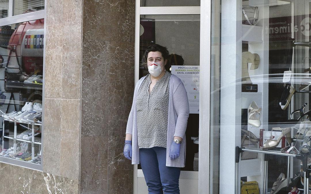 Mayte Sorolla, gerente del establecimiento Calzados Sorolla de Valderrobres./ L.C.