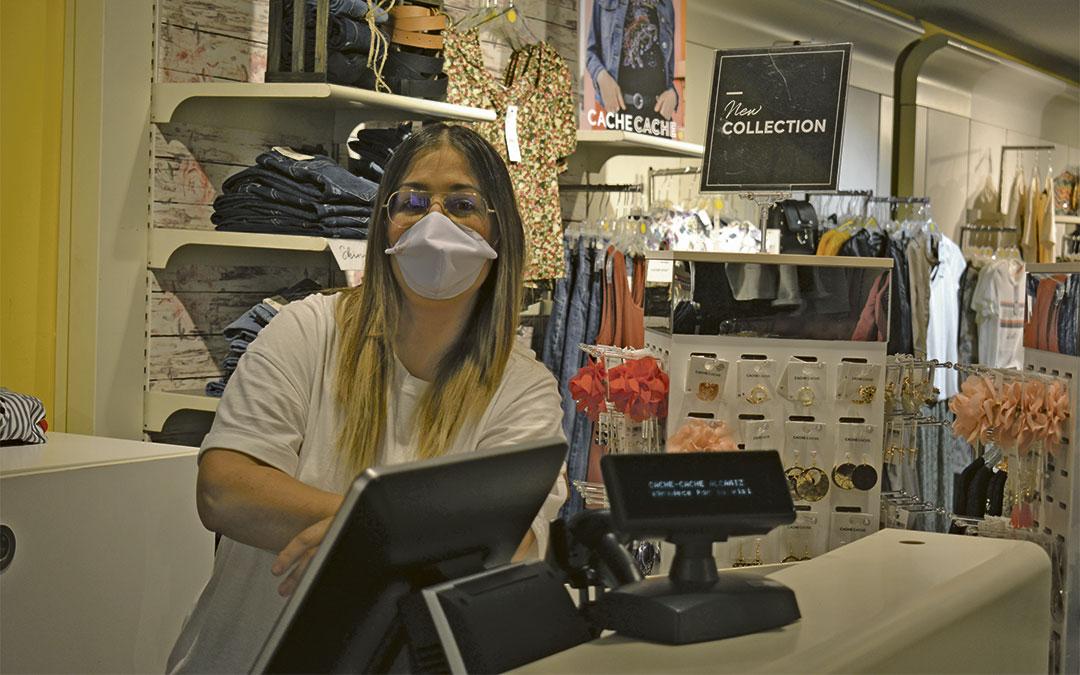 Pilar Romero, dueña de la tienda de ropa y complementos Caché Caché de Alcañiz./ L.C.