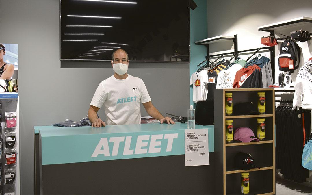 Daniel Oliver, el dueño de la tienda de ropa deportiva Atleet Alcañiz./ L.C.