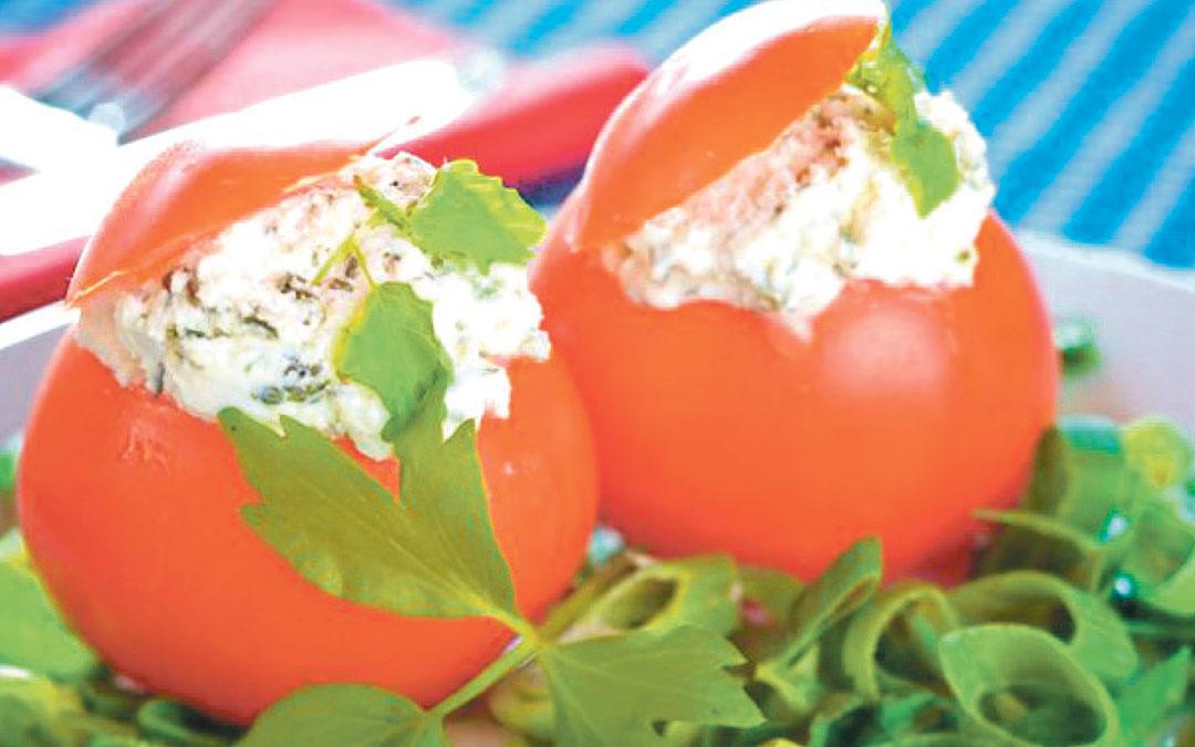 Tomates rellenos de aguacate, queso fresco y rúcula