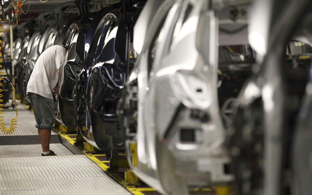 Trabajo en cadena en el sector de la automoción en PSA. / DGA-Carlos Moncín