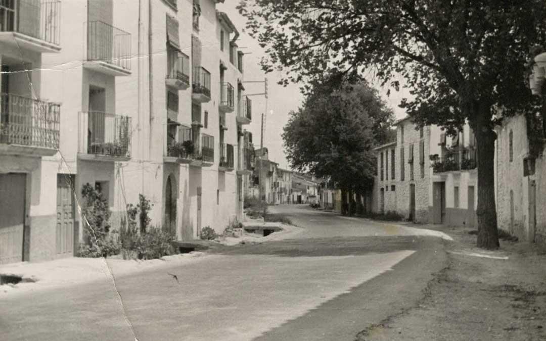 Imagen de la travesía de la N-420 en Valdeltormo en 1974. Imagen aportada por Paca Montañés.