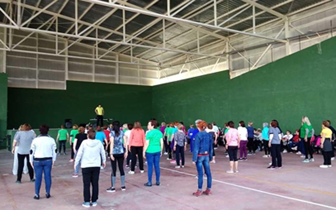 Adultos realizando actividades deportivas en uno de las localidades de la Comarca del Matarraña