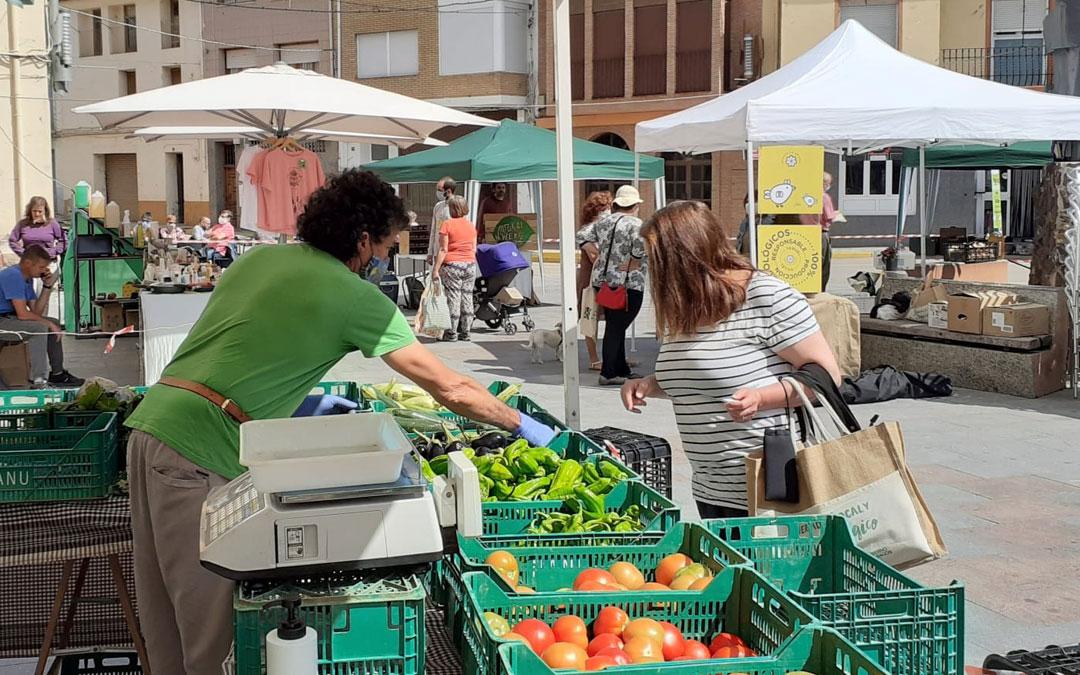 Una clienta se acerca a uno de los puestos del Agromercado ecológico./B. Soler