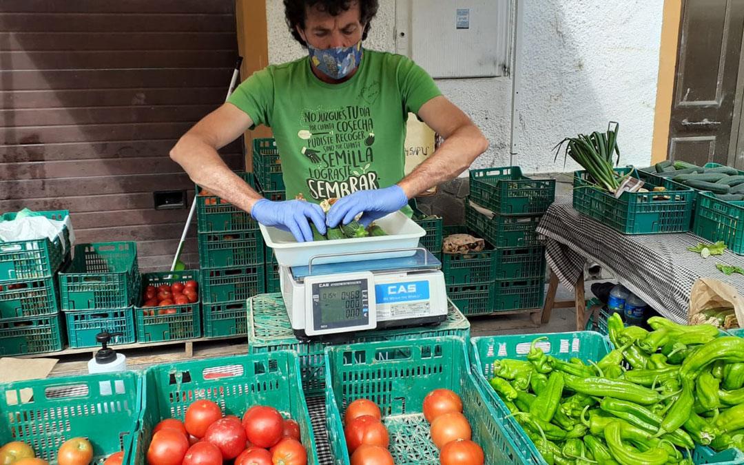 Un vendedor preparando un pedido en uno de los puestos habilitados./B.Soler