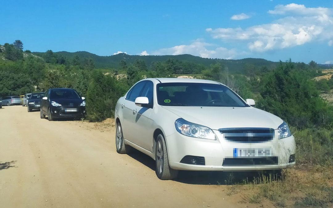 Vehículos aparcados en los bordes de los caminos en las zonas de baño del río Bergantes. / L.C.