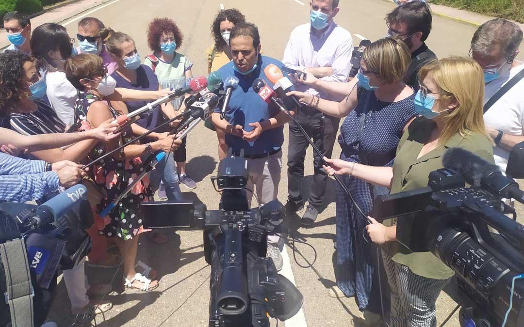 El alcalde de Andorra, Antonio Amador, atendiendo a los numerosos medios de comunicación en la concentración a las puertas de la Central / B. Severino
