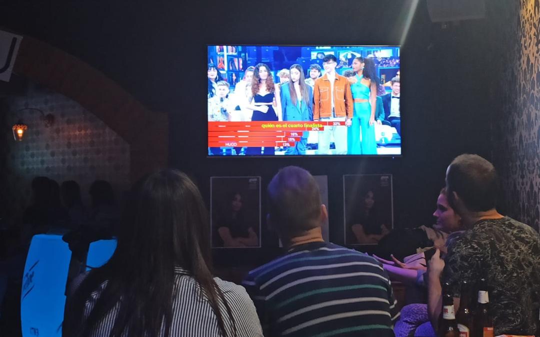 Los amigos de Anaju se reunieron en un bar de Alcañiz para ver la final de Operación Triunfo./ L.C.
