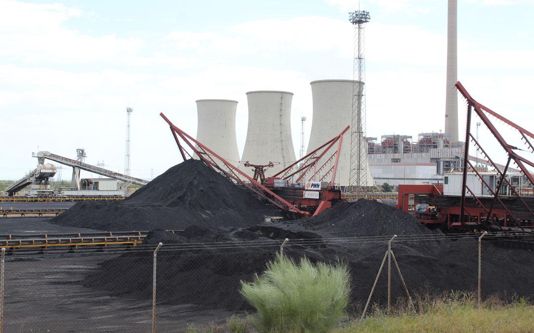 Imagen de archivo de la Central Térmica, todavía con carbón acumulado en su campa. /B. Severino