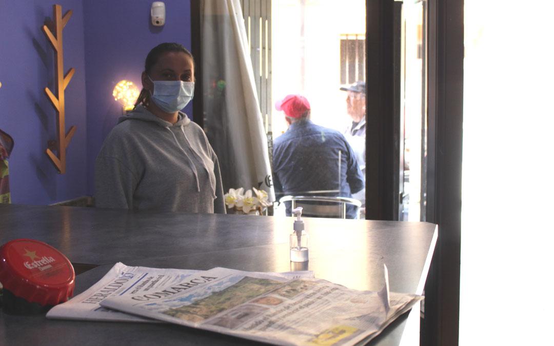 Madalina, al frente del bar Eleven cuyas mesas de la terraza interfirieron el paso a la furgoneta. / B. Severino