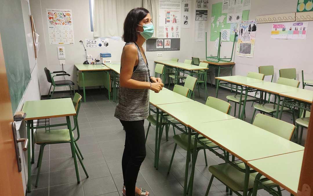 La concejal María Milián visitando las aulas, situadas en la Escuela de Adultos, los bajos del edificio de Viviendas para Mayores de Fomenta / Ayto. Alcañiz