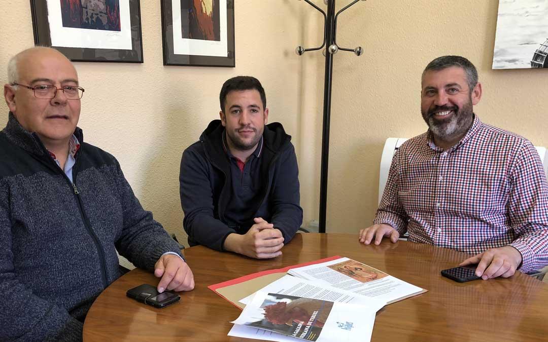 El diputado delegado de Agricultura y Ganadería, Antonio Pérez, (derecha), en una reunión con representantes de la asociación de la Gallina Serrana de Teruel