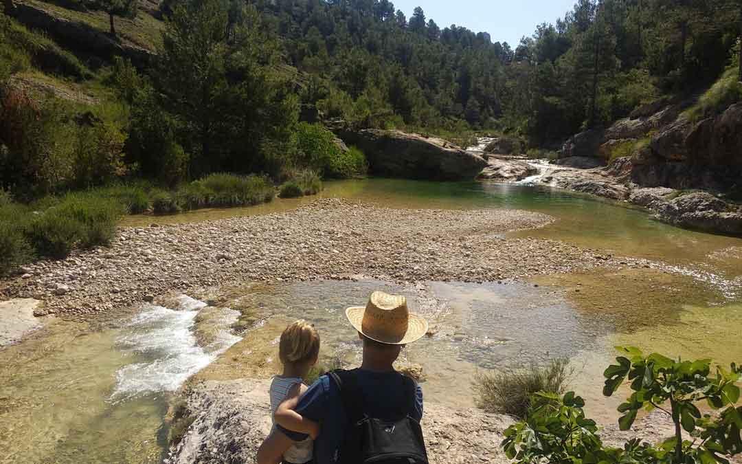 El río Ulldemó en Beceite es uno de los parajes naturales por excelencia del Bajo Aragón Histórico. En la imagen, unos visitantes el pasado domingo.