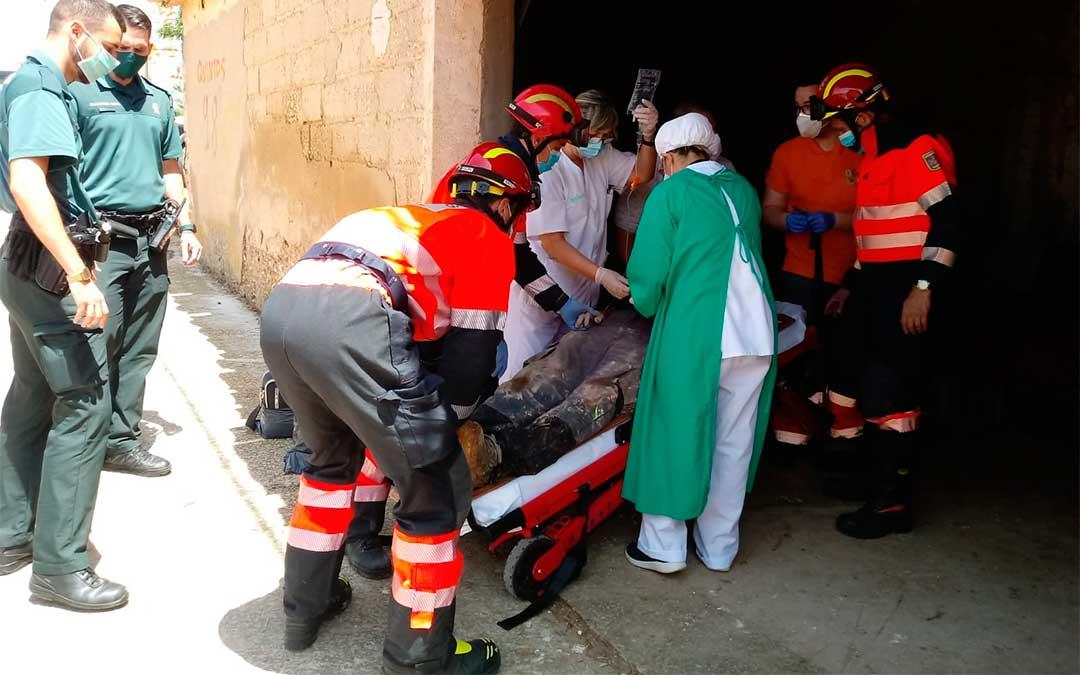 Los bomberos rescatan a un operario municipal en Alloza./ Bomberos DPT