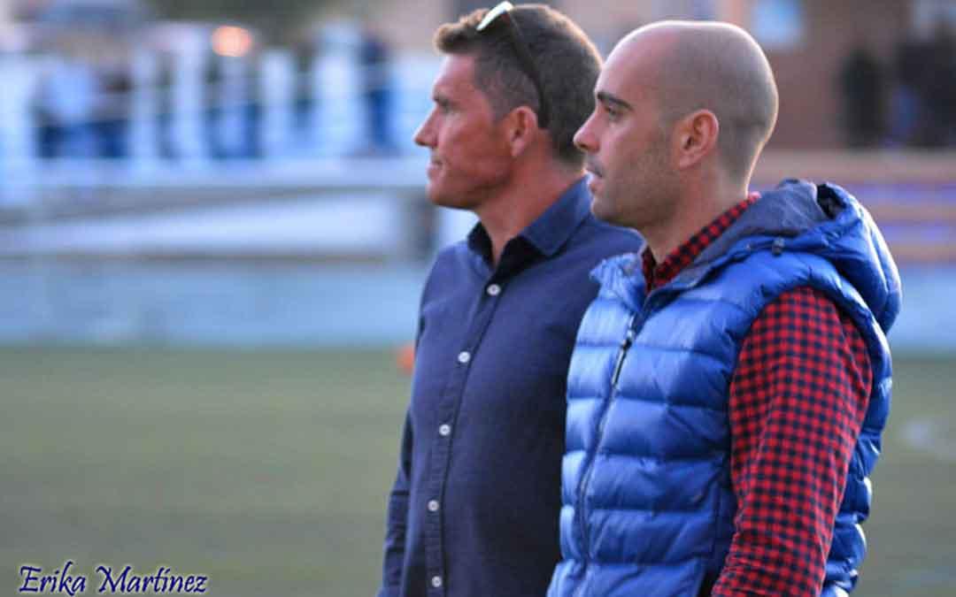 El nuevo entrenador Carlos Gil junto a Carlos Burillo, su predecesor. Han estado compartiendo su afición por el fútbol durante 10 años y ahora el aprendiz sustituye al maestro. Imagen: Erika Martínez.