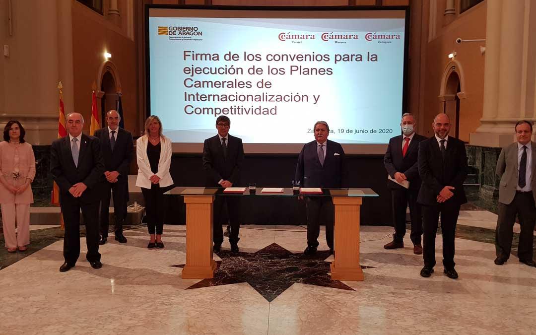 Representantes de las cámaras de comercio de Aragón con Arturo Aliaga tras la firma de una serie de acuerdos de colaboración./ DGA