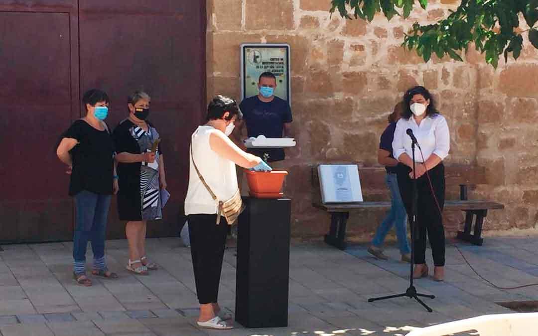 Momento en el que se ha plantado la carrasca en Albalate. El acto ha tenido lugar en la plaza del Convento. /M.J.S.