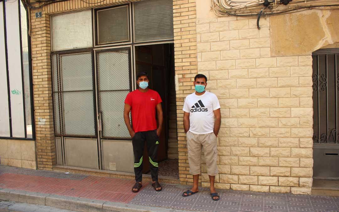 Amir Pfaroou y Zahoor Ahmid, este miércoles al mediodía en la puerta de su casa, en la que permanecen aislados / L. Castel