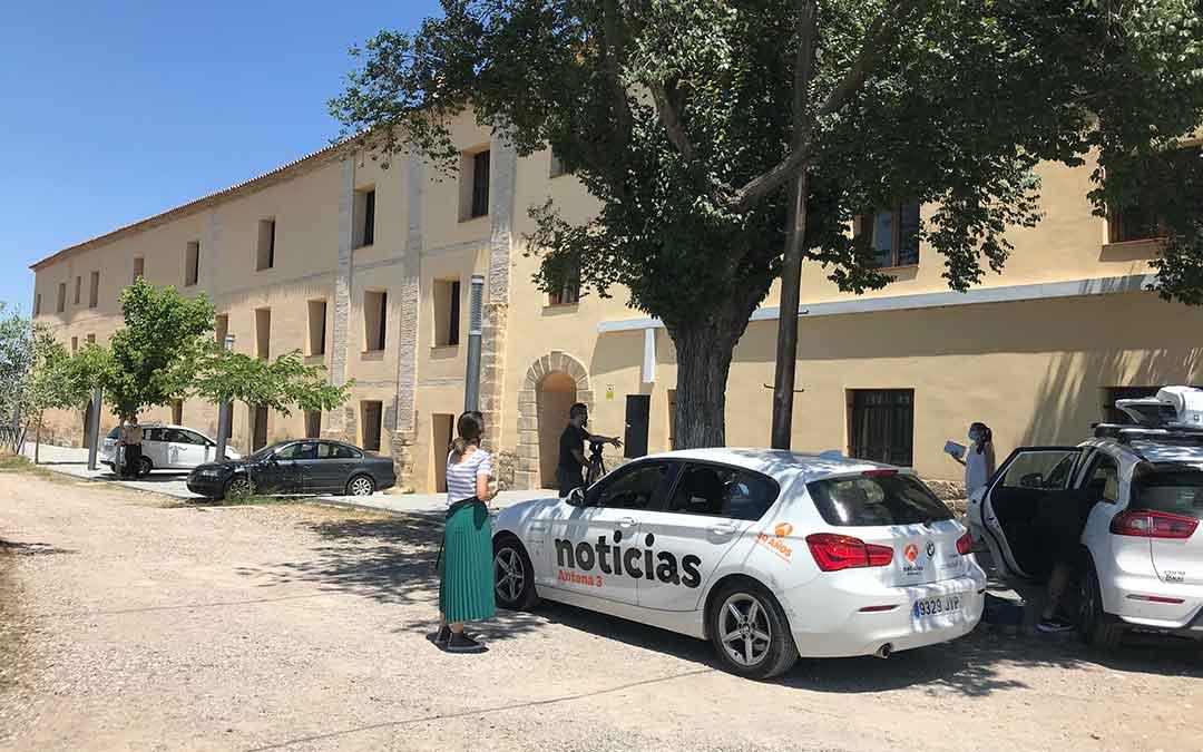 Medios nacionales esperando en la puerta del convento de Santo Domingo, utilizado como «centro limpio», este lunes. la comarca