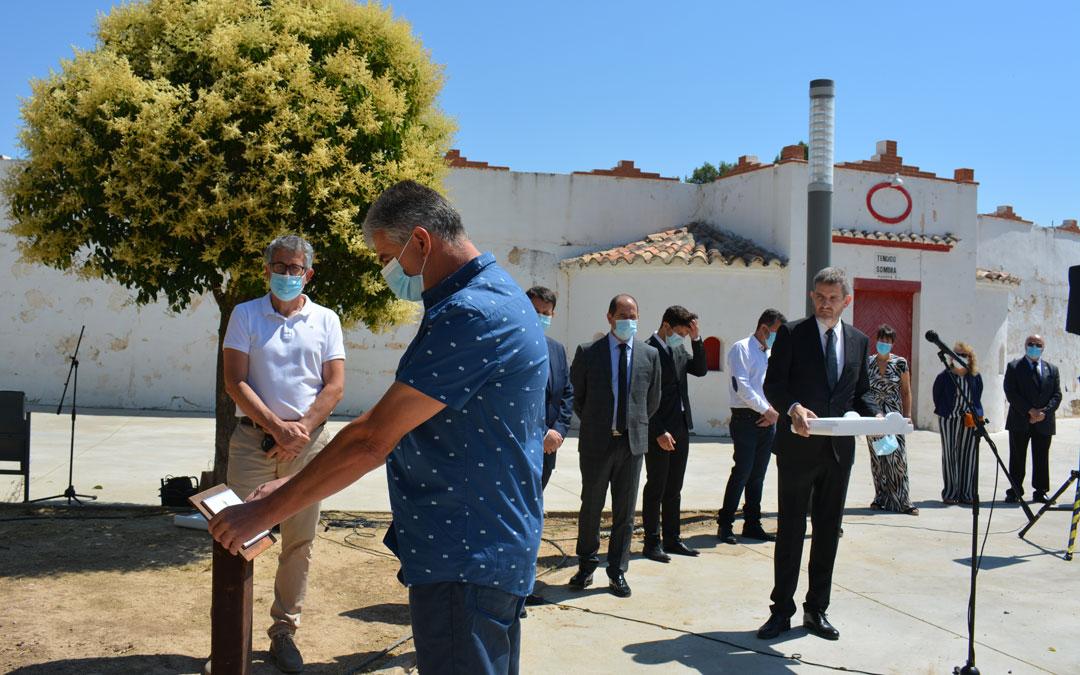 Momento de la colocación de la placa durante el homenaje en Alcañiz./I.M.