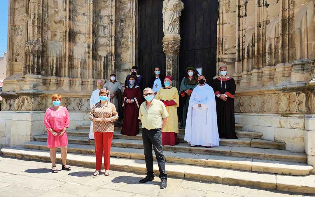 La alcaldesa de Caspe junto a la concejal de Turismo y el de Cultura, acompañados de los nueve compromisarios.