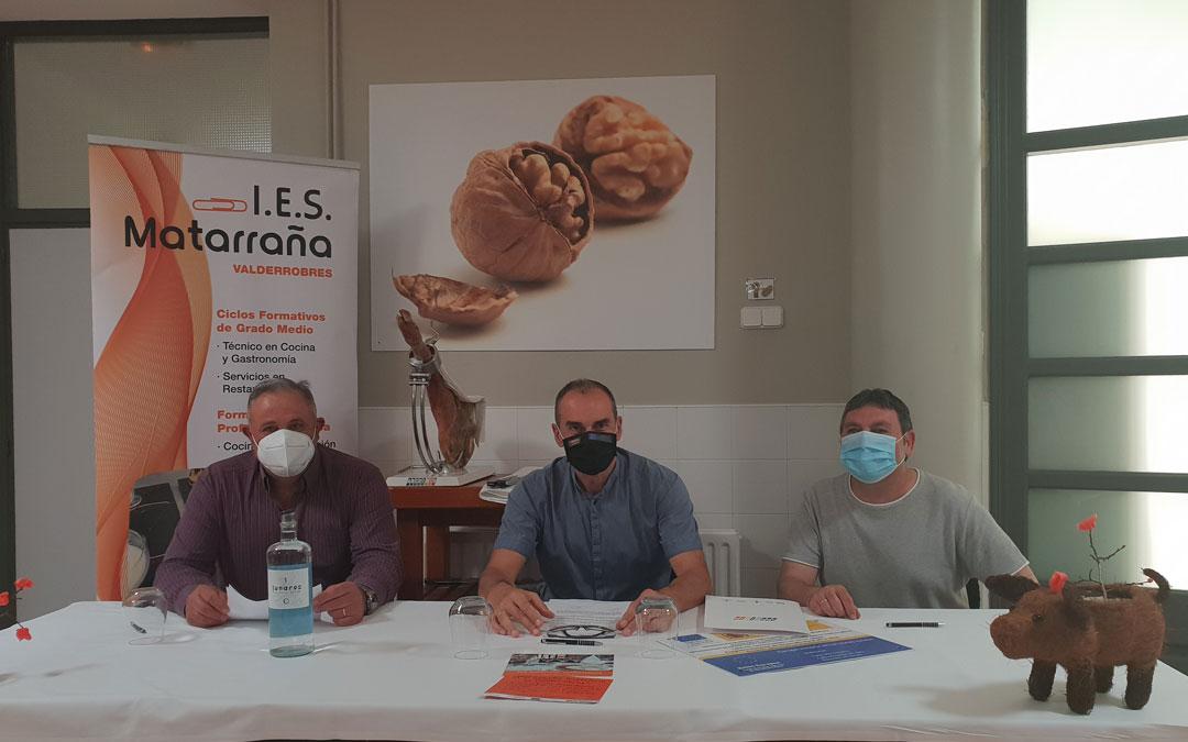 Los participantes en la firma del convenio celebrada el martes en el IES Matarraña