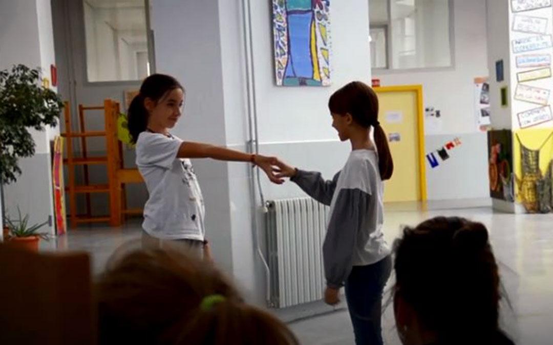 Fotograma del vídeo finalista del Certamen Cine y Salud, en el que participa el alumnado del Colegio Gloria Fuertes y el Colegio Odón de Buen./ Youtube