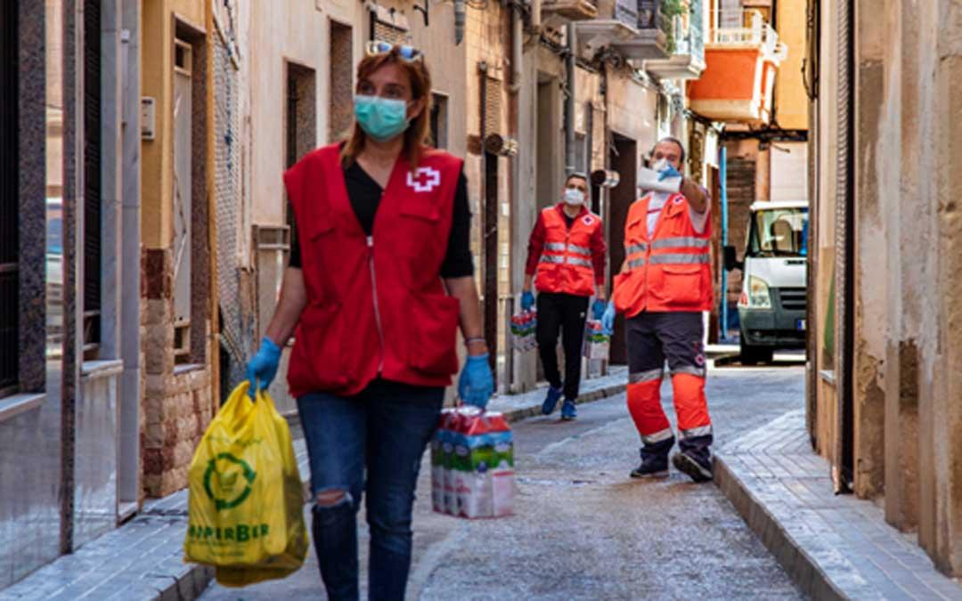 MIembros de Cruz Roja realizando reparto de kits de alimentos