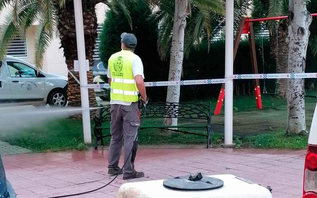 Un miembro de la brigada municipal desinfectando la plaza de los Reyes, junto a la residencia Adolfo Suárez.