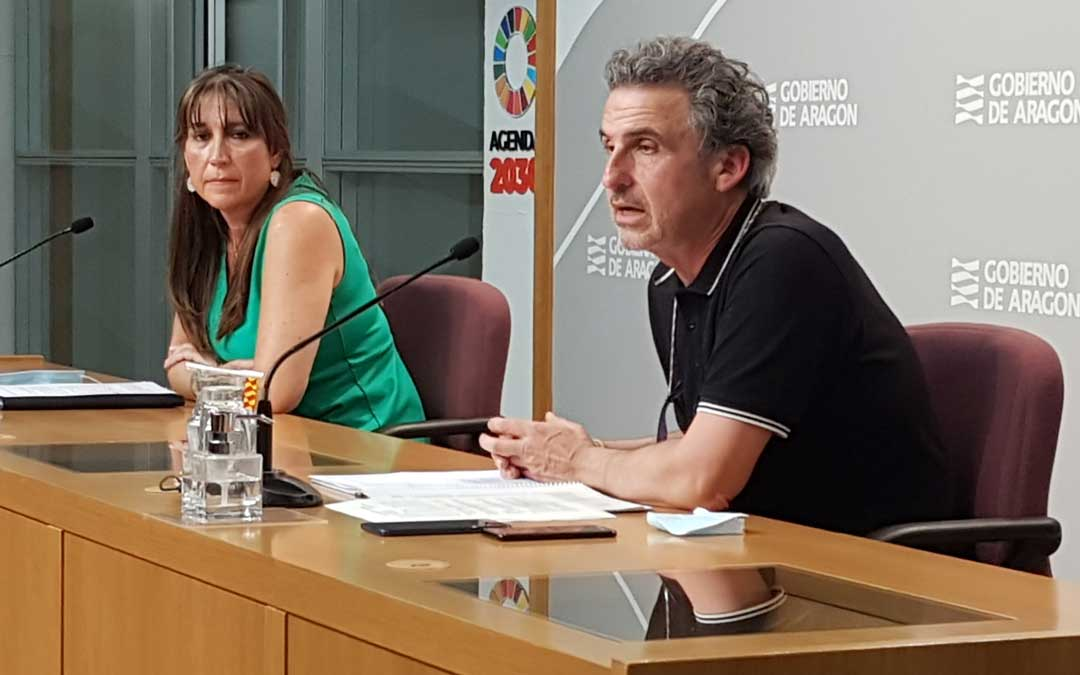 La consejera Repollés y el director general Falo, en rueda de prensa / DGA